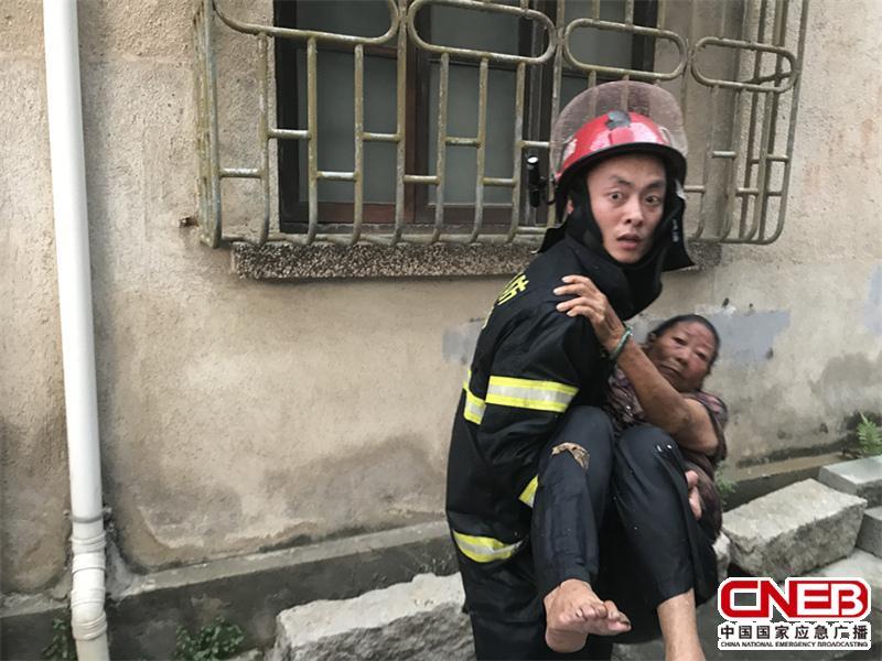 """消防官兵""""公主抱""""將老人救出"""