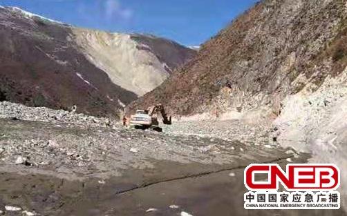 首台挖掘机抵达江心河床(甘孜州新闻办供图)