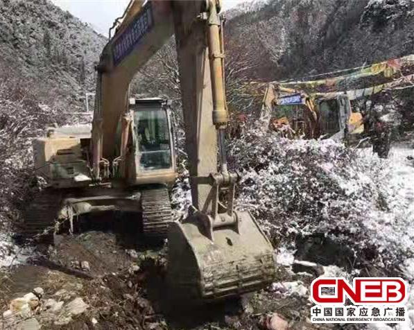 挖掘机在开路(甘孜州新闻办供图)