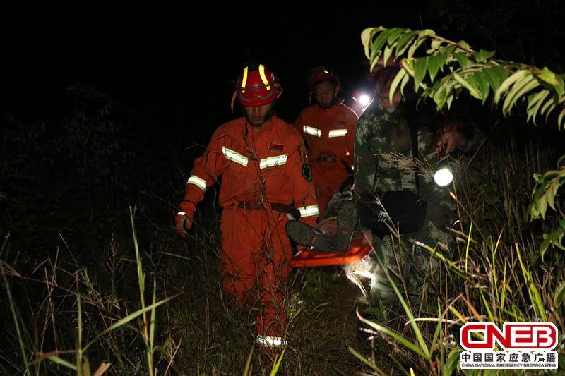 消防人员对受伤老人进行转移。