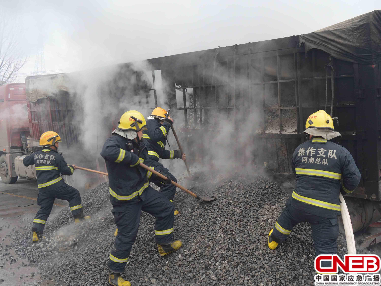 消防官兵成功扑灭火势
