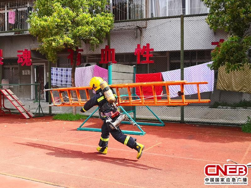 湖北武汉消防支队江汉中队在篮球场训练。(记者陈锐海 摄)