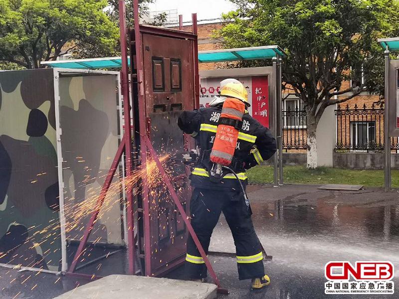 湖北宜昌三峡坝区消防特勤大队在进行破拆训练。(记者 陈锐海 摄)