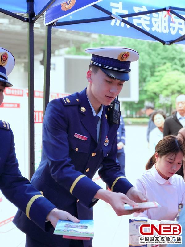 上海消防总队车站中队每月20日在南京路设为民服务点。(记者陈锐海 摄)