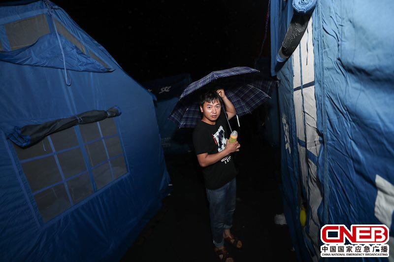 6月19日,长宁镇区安置点下起小雨。(央广网记者 韩靖 摄)