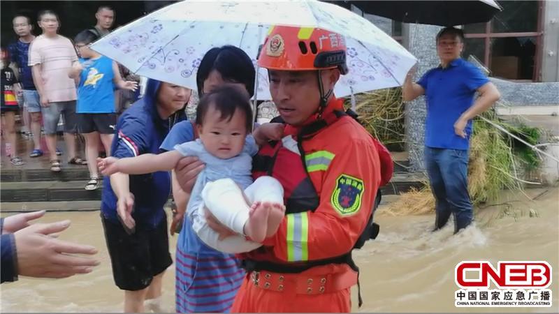 消防救援人员正在营救被困小孩