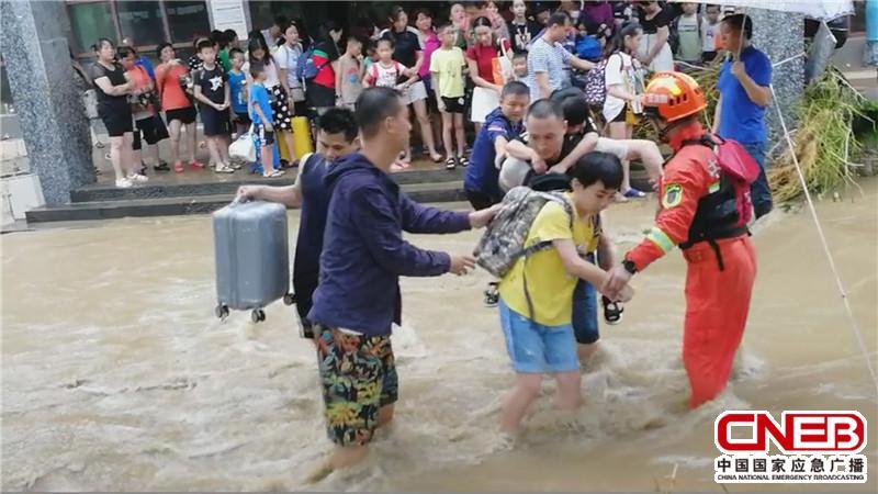 消防救援人员营救被困群众