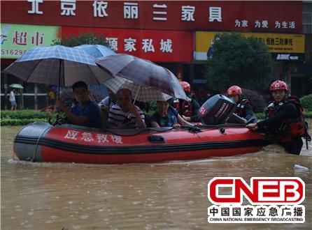 7月13日,广西桂林市消防救援支队人员在桂林永福县开展救援