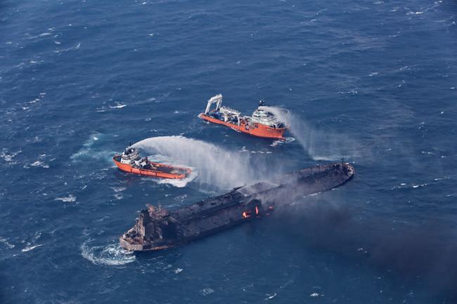 """2018年1月,上海打捞局潜水队在""""桑吉""""轮爆燃事故中实施救援。(上海打捞局供图)"""