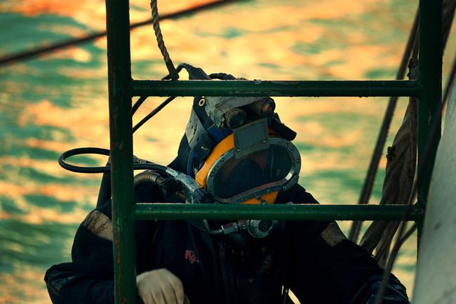 """潜水员在韩国""""世越号""""沉船事件中作业。(上海打捞局供图)"""