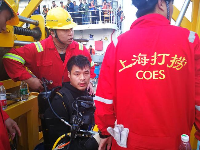 """2018年10月底,潜水队在""""重庆公交车坠江""""事故中打捞车身。(上海打捞局供图)"""