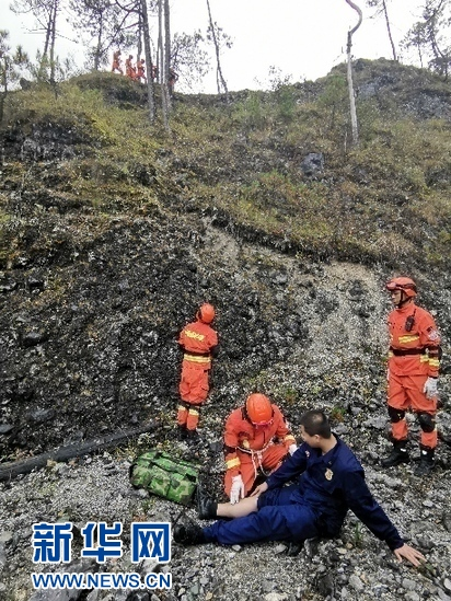 丽江市森林消防支队消防员在户外进行山岳救援演练。于子茹摄