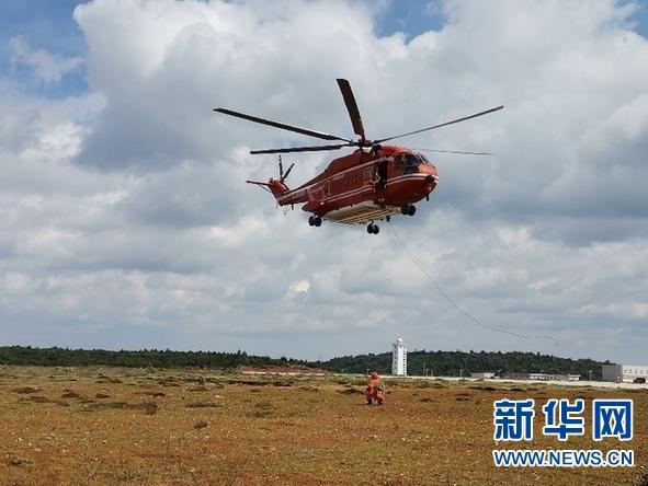 图为应急管理部森林消防局直升机支队消防员在进行索滑降训练。于子茹摄