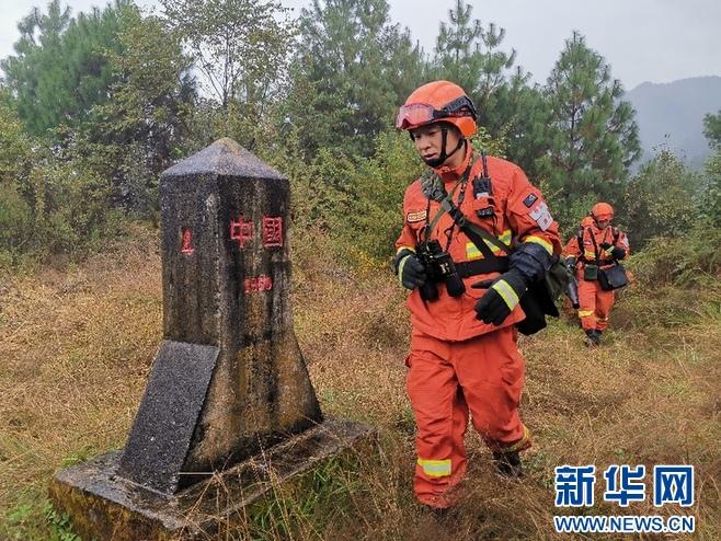 图为腾冲森林消防中队消防员日常巡护山林。于子茹摄