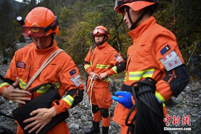 资料图:丽江市森林消防支队玉龙大队指战员进行山岳救援演练。中新社记者 刘冉阳 摄