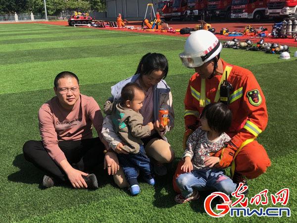 福州消防救援支队消防员钟伟元和他救出的一家四口