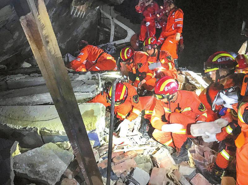 省消防救援指战员奋战在宜宾长宁抗震救灾第一线。