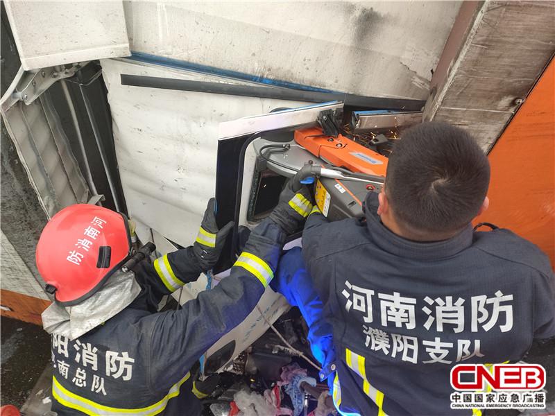 12月22日,大广高速1766段因大雾两辆半挂车追尾,后车司机被困。图为布施现场。
