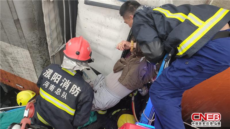 12月22日,大广高速1766段因大雾两辆半挂车追尾,后车司机被困。图为援助现场。