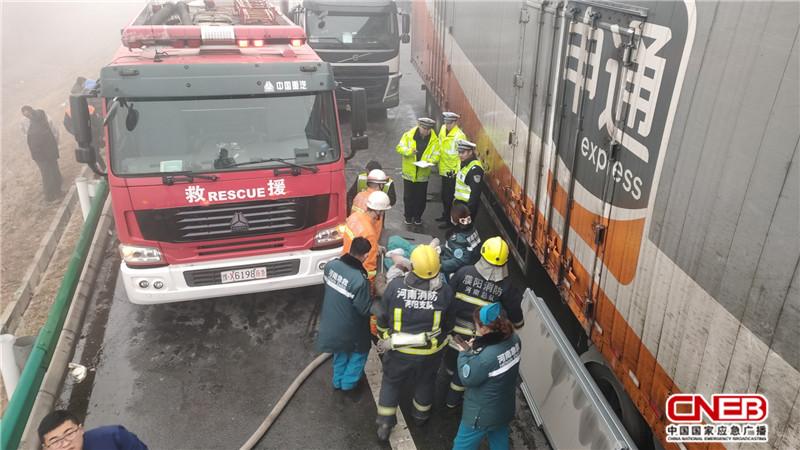 12月22日,大广高速1766段因大雾两辆半挂车追尾,后车司机被困。图为救济现场。