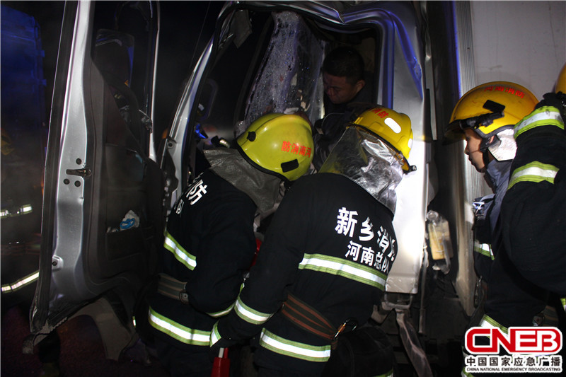 12月22日,河南弟子新�l�l生大��追尾事故,致使一人被困▲��取�D�榫仍�不过具体�F�觥�