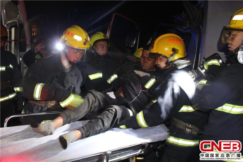 12月22日,河南新�l�l生大��追尾事故,致使一人被困��取�D�榫仍��F�觥�