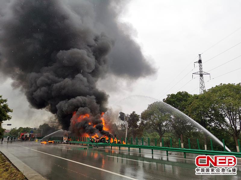 湖北黄冈:20吨汽油槽罐车侧翻起火 多方联合处置