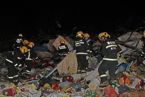 湖北武汉蔡甸区突发龙卷风 消防部门紧急出动救援